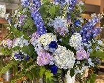 青いお花のスタンド花